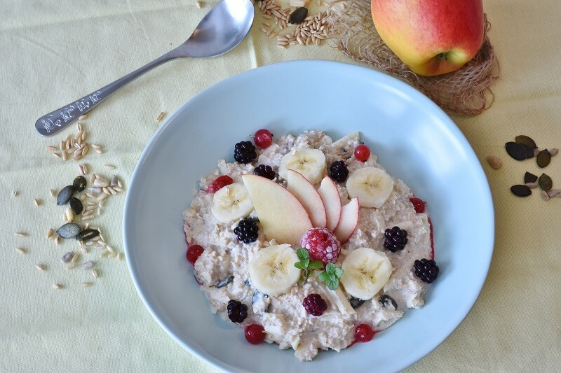 a plate of cauliflower oatmeal with fruit topping for type 2 diabetics