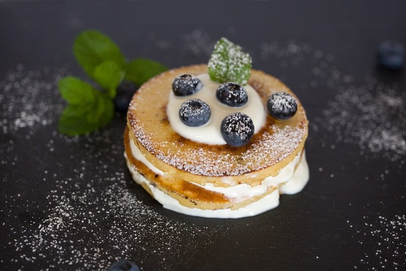 high-protein pancakes with blueberry and vanilla powder topping for type 2 diabetics